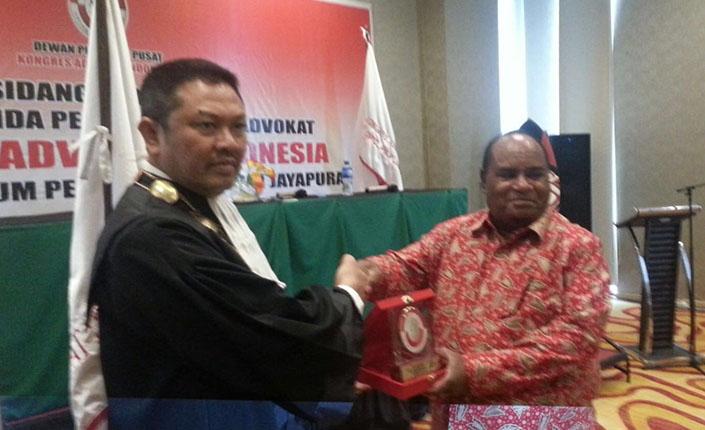Ketua Pengadilan Tinggi Jayapura Kukuhkan 26 Advokat KAI 3
