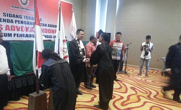 Ketua Pengadilan Tinggi Jayapura Kukuhkan 26 Advokat KAI 8