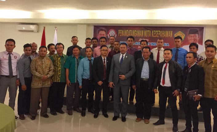 Penandatanganan MOU antara Kongres Advokat Indonesia Adv. Tjoetjoe Sandjaja Hernanto, SH. MH. CLA dengan Universitas Lakidende Prof. Dr. La Ode Masihu Kamaluddin